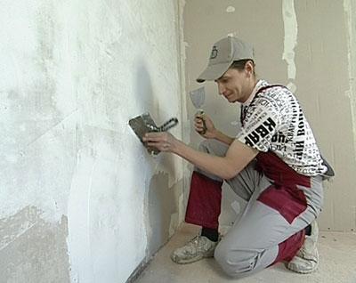 Приводим стены и потолок в порядок.