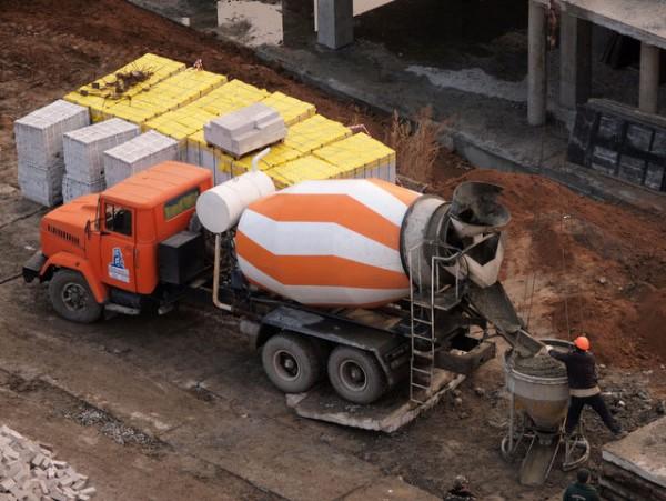 Процесс транспортировки бетонной смеси