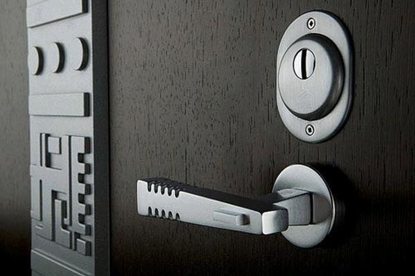 Приобретайте только устойчивые входные двери
