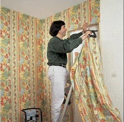 льняная ткань на стене