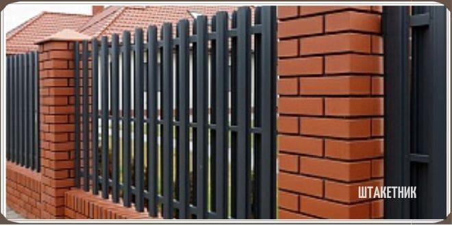 Забор из деревянного штакетника с кирпичными столбами